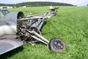 Motorträger und abgeschertes Federbein des Fahrwerkes an der schwer beschädigten Front der Bf 109