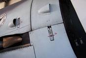 Hebelverschluss und Lufthutzen auf der rechten Triebwerksverkleidung