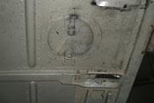 Blick auf die Innenseite eines Handlochdeckels der oberen Triebwerkabdeckung