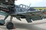 Ausgefahrene Landeklappe und Kühlstoffkühler mit geöffneten Kühlklappen unter der Tragfläche der Bf 109 G-6
