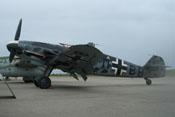 Starker Wind peitscht Sand und Staub über das Vorfeld und die dort abgestellte Messerschmitt Bf 109 G-6 FM+BB