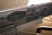 Blick auf die Fahrwerkmulde (ohne Segeltuchabdeckung vor dem Holm) sowie das Tragflächeninnere (verstärkte Struktur einer Hispano Buchon)