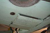 Anschluss der Kühlstoffleitung (im offenen Handloch neben dem Kühlergehäuse) für den rechten Wasserkühler