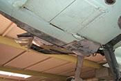 Wasserkühler unter der rechten Tragfläche, dahinter die Abdeckung für den Tragflächenanschluss sowie der Rumpfbodendeckel mit Entlüftungskiemen