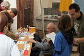 Heinz Federwisch, ein Veteran vom Stab der III./JG4, gibt Autogramme