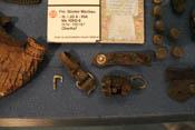 Knöpfe, Reste eines Armbands und andere Fundstücke aus dem Absturzkrater von Fähnrich Günter Mechaus Bf 109 G-6 (WNr. 166187) III./JG4