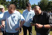 Greif, Helofly, Dui und Falkenberg untersuchen verschiedene Handfeuerwaffen
