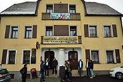 JG4-Mitglieder vor der hellhörigsten Pension nördlich der Alpen