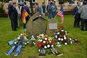Blumengestecke vor dem Denkmal zur Erinnerung an die Luftschlacht über dem Erzgebirge