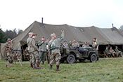 US-Soldaten mit Jeep im Camp Lucky Strike