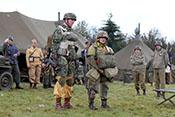 Deutscher und US-amerikanischer Fallschrimjäger mit Ausrüstung