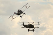 Nieuport 17 (N1977-8) und Fokker Dr.I Dreidecker (403-17) G-CDXR