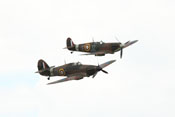 Hawker Hurricane Mk12A (G-HURI) HA-C und Supermarine Spitfire LF Mk1a (G-AIST) JZ-E