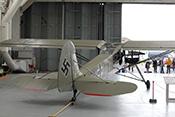 Fieseler Storch Fi156 vor geöffnetem Hangartor