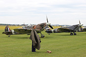 Spitfire Vb BM597 (1942) und Spitfire IXb MH434 (1943)