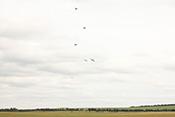 Spitfire im senkrechten Steigflug über dem Flugfeld Duxford