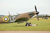 Pause unter der Supermarine Spitfire MK Ia R9632 LC