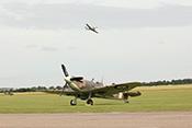 Hispano Aviación HA-1112 Buchon (Bf 109) im Tiefflug über einer Spitfire