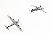 Jagdflieger-Rotte HA-1112 fliegt eine Fassrolle und zeigt andere Kunstflugmanöver