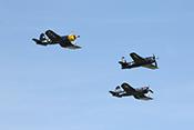 NAVY-Kette bestehend aus Grumman F8F 'Bearcat', Chance Vought F4U-4 'Corsair' und Goodyear Corsair FG-1D am Himmel über Duxford