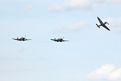 Zwei Spitfire und eine aus der Formation ausbrechende Hispano Buchon