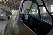 Cockpitinstrumente und Revlexvisier hinter dem Windschutzaufbau der Macchi C200