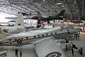 Blick in einen Hangar des IWM Duxford - Im Vordergrund eine viermotorige Transportmaschine des Typs Handley Page Hastings C1A
