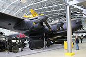 Übungsexemplar der 'Upkeep'-Rotations- bzw. Rollbombe unter der Tragfläche der Avro Lancaster Mk X