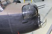 Nase der Avro Lancaster Mk X mit der Glaskanzel für den Bombenschützen und dem vorderen Abwehrturm mit zwei .303 Browning MGs