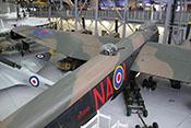 Mittlerer Geschützturm (späte Ausführung) mit zwei 0.50 inch MGs (entspricht 12,7 mm) auf dem oberen Rumpf der viermotorigen Avro Lancaster Mk X 'KB889'