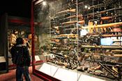 Vitrine mit erbeuteten Handfeuerwaffen im Ausstellungsbereich der britischen Fallschirmjäger 'PARA'