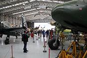 Gut gefüllter Flugzeughangar des Imperial War Museums in Duxford