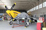 North American P-51D 'Mustang' Ferocious Frankie mit Bombenattrappen unter den Tragflächen