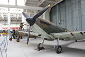 Supermarine Spitfire im Battle-of-Britain-Hangar des Imperial War Museums Duxford