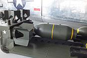 US-Fliegerbomben mit den zugehörigen Leitwerken auf einem Transportwagen