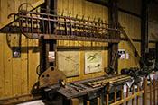 Darstellung einer historischen Flugzeug-Werkstatt