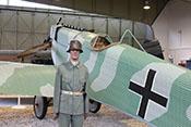 Freikorps-Leutnant mit Eisernem Kreuz 1. Klasse, Beobachter- und Verwundetenabzeichen vor einer Junkers D-1