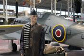 Britischer Waffenwart vor der Hawker Hurricane Mk.IIc (LF658)