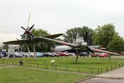 Spitfire Mk.IX und Hurricane Mk.II Replika auf dem Areal des RAF-Museums