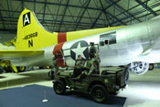 Boeing B-17G 'Flying Fortress' und Willys-Jeep