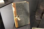 Durchschossenes Buch eines gefallenen Soldaten