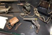Leuchtpistole, Fernglas und elektrische Lampe